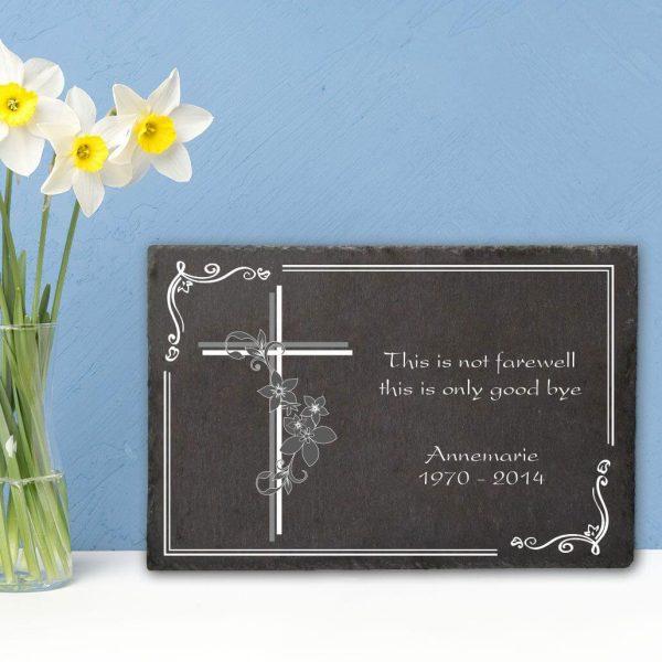 Gedenktafel Schieferplatte Kreuz mit Blumen
