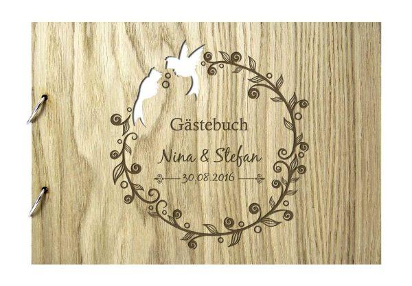 Rustikales Gästebuch aus Holz zur Hochzeit personalisiert Tauben Blumenkranz