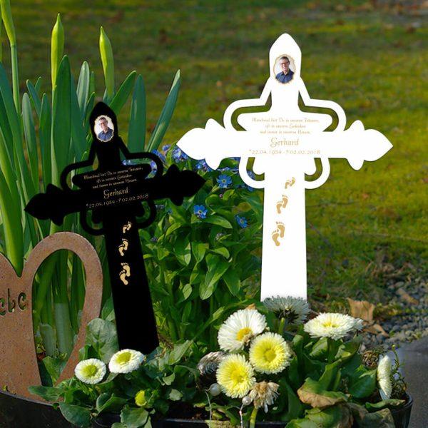 Grabkreuz mit Stern Foto und Fußspuren