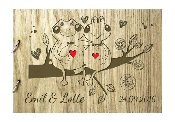 Rustikales Gästebuch aus Holz zur Hochzeit personalisiert Frösche